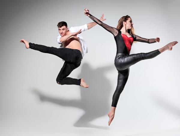 zwei leute tanzen