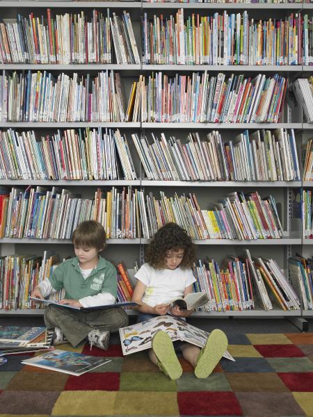 junge und maedchen lesen buecher in