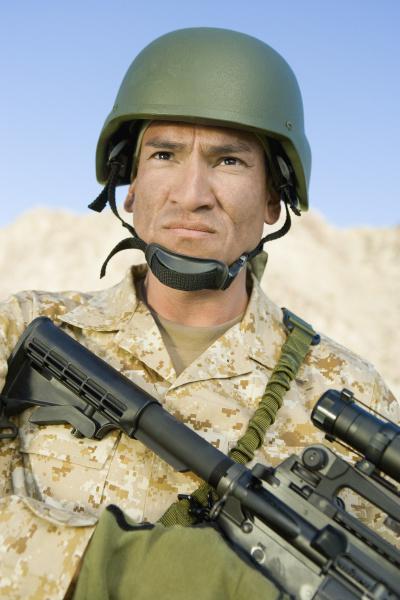 zuversichtlicher soldat mit scharfschuetzengewehr