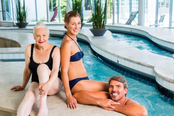 frauen entspannen im wellness spa