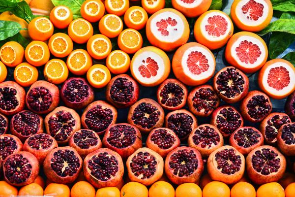 zusammensetzung mit fruechten auf der strasse