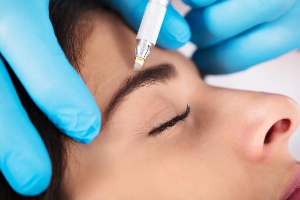 cosmetologist anwenden permanent make up auf