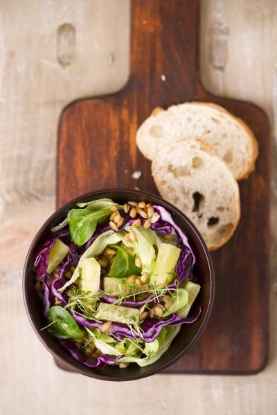 veganer salat einkorn rotkohl eisbergsalat lammsalat