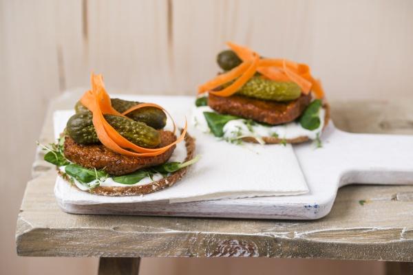 veganer burger mit tofupatty gurken lammsalat