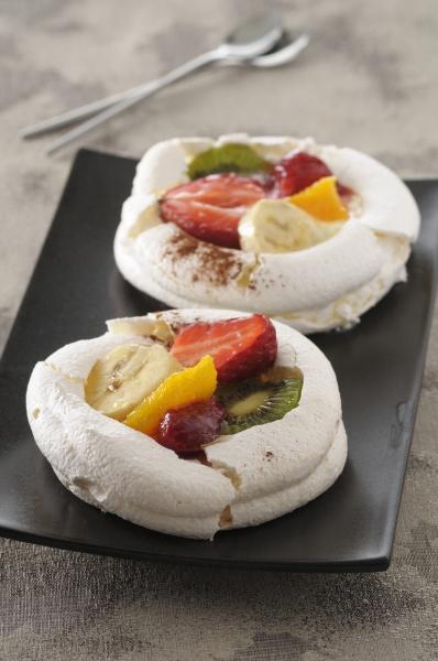 meringue torten mit frischen fruechten
