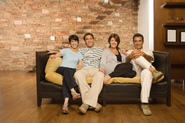aufgewachsene familie auf dem sofa