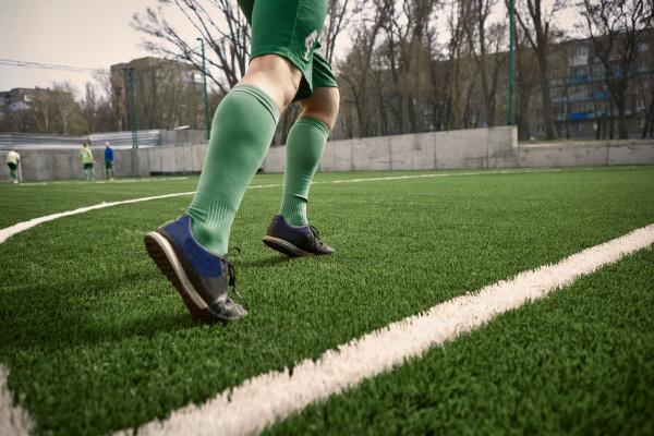 die beine des fussballspielers