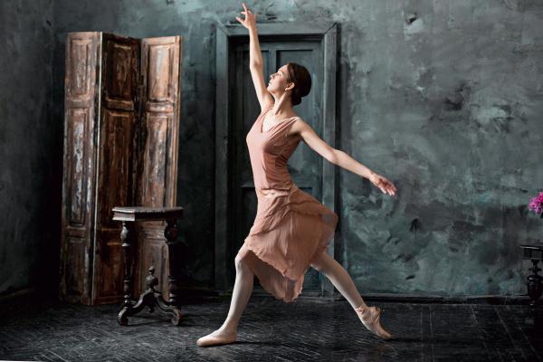 junge und unglaublich schoene ballerina posiert