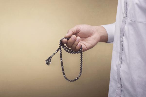 hand des moslemischen mannes beten waehrend