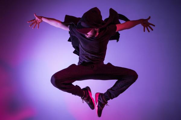 die silhouette eines hip hop maennertaenzers