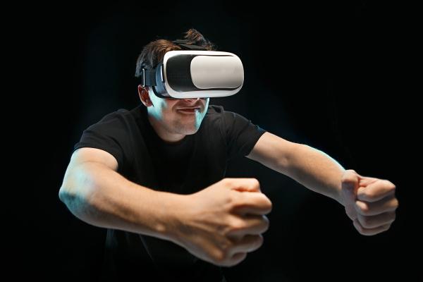 der mann mit brille der virtuellen