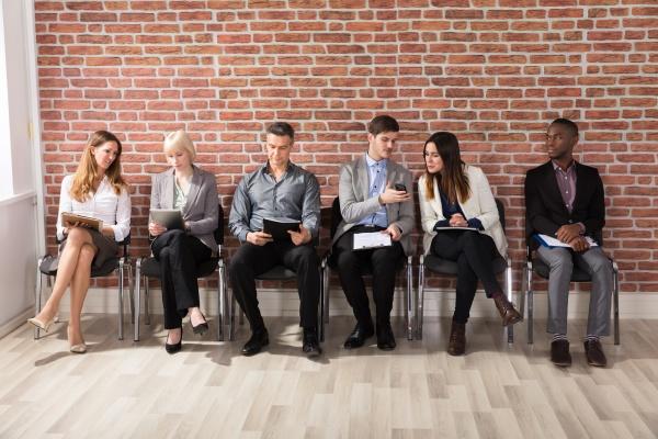 row of businesspeople warten auf ein