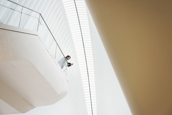 blick von unten auf einen mann