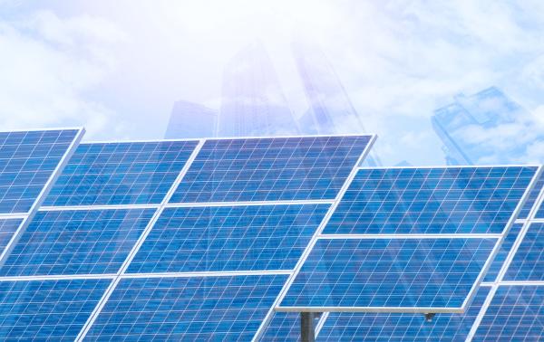 kraftwerk mit erneuerbaren solarenergie mit stadt