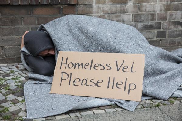 männliche, obdachlose, die, auf, einer, straße, sitzt, die - 22899945