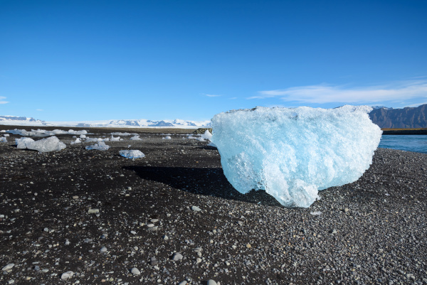 blauer eisberg im jokulsarlon gletschersee suedisland