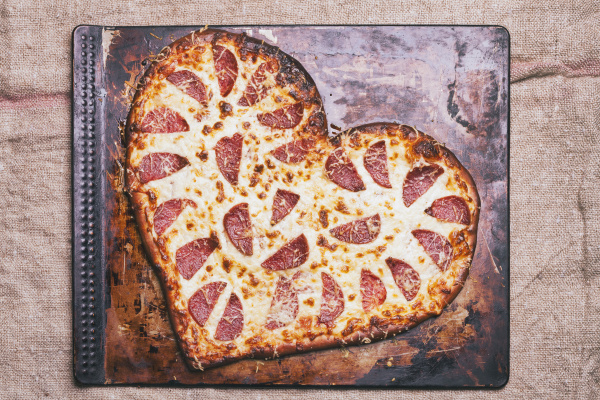 herzfoermige pizza auf der pfanne