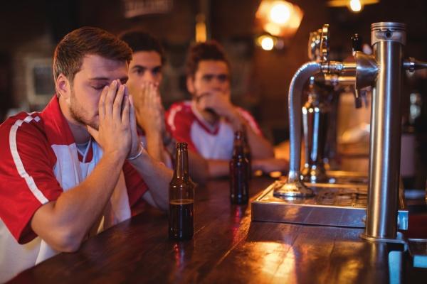 gruppe von maennlichen freunden beobachten fussballspiel