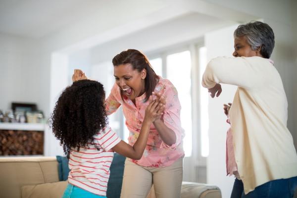 glueckliche familie hat spass im wohnzimmer