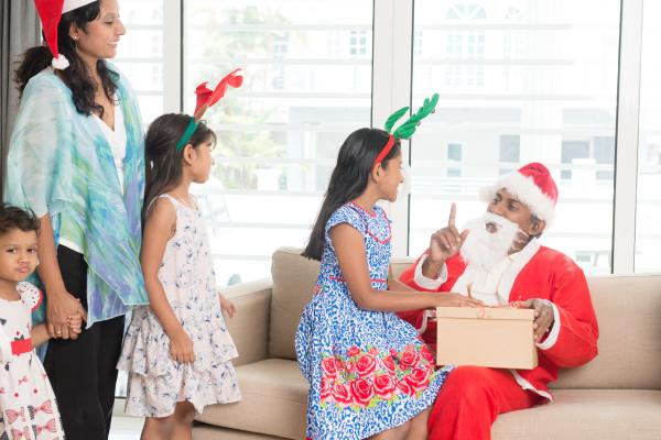 indische familie feiert weihnachtstag