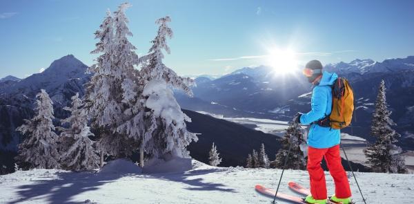 zusammengesetztes bild des skifahrers mit dem