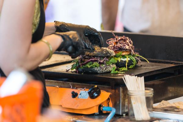 chefkoch macht rindfleischburger im freien auf