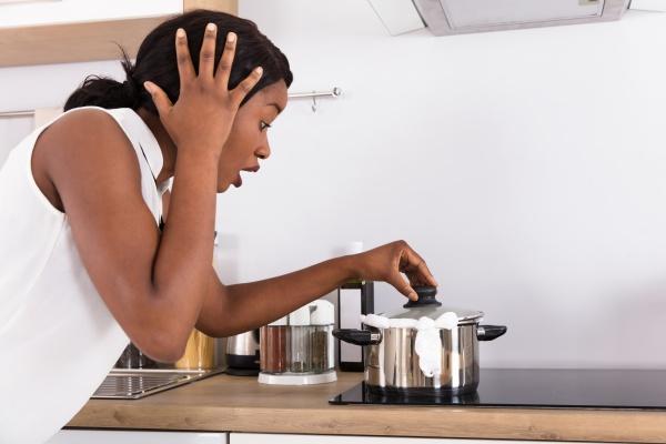 frau die gekochte milch vom geraet