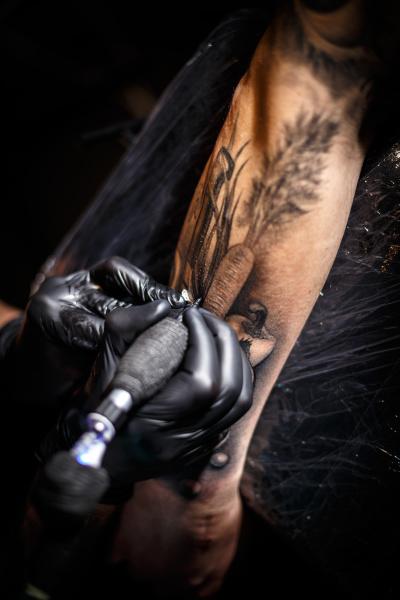tattoo kuenstler macht taetowierungen
