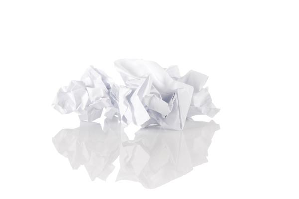 zerbroeckeltes papier ueber weissem hintergrund