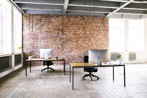 coworking space mit ziegelwand im buero