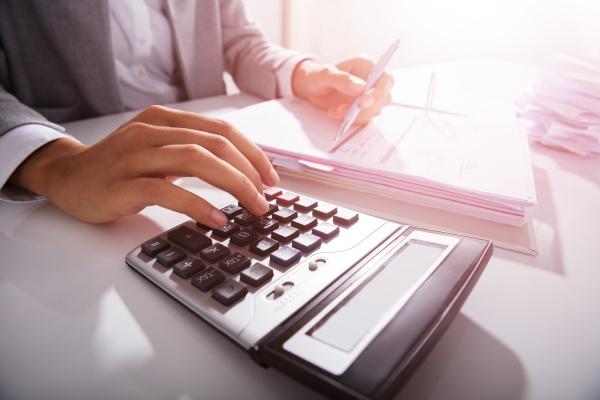 businessperson kalkuliert bills im amt