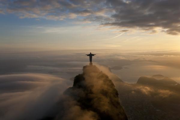 hohe winkelsicht der kolossalen christus erloeserstatue