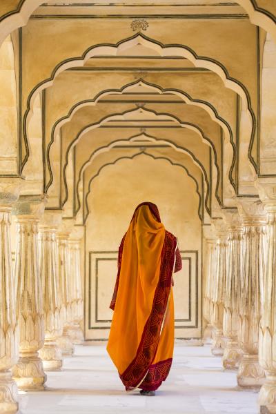 rueckansicht der frau die orangefarbenen sari