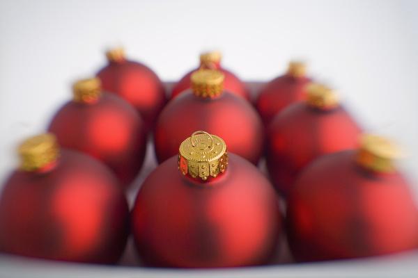 neun rote weihnachtskugeln verschwommen in box