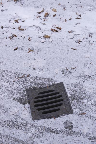 trottoir im winter bei schnee mit