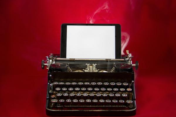 nostalgische schreibmaschine mit tablet
