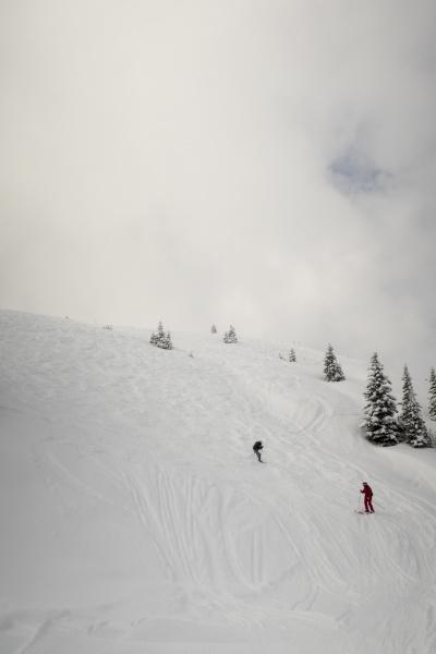 zwei skifahrer abseits der piste