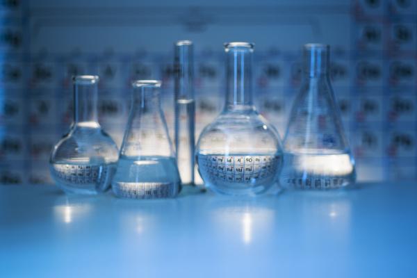 becher und flaschen mit periodischen tabellen