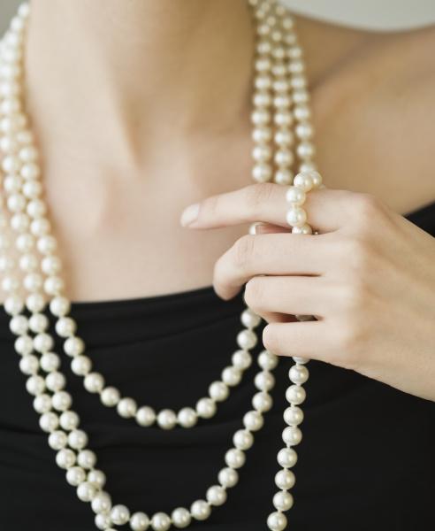 tragende perlenstraenge der frau