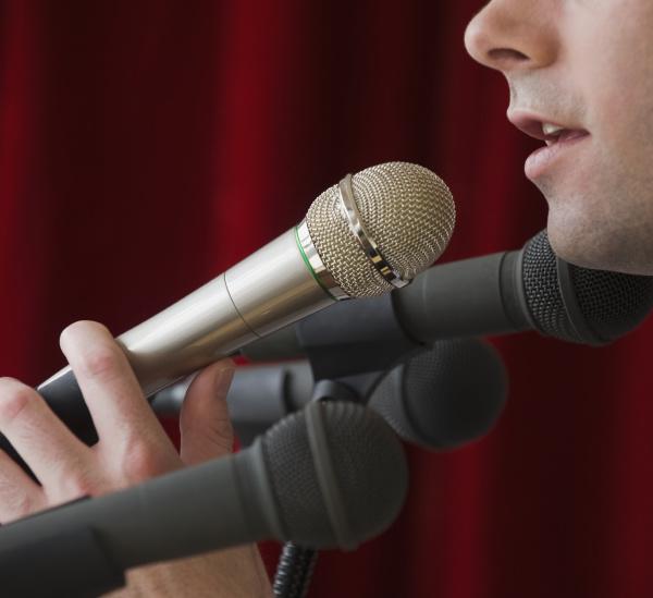 mann der in mikrofon spricht