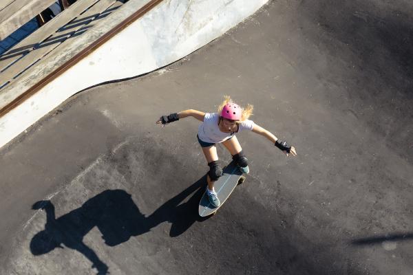 frau skateboarding im skatepark canggu bali