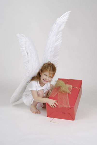 kleiner engel an weihnachten mit einem