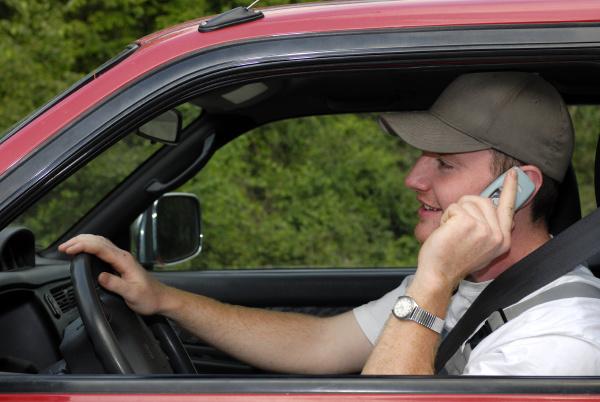 autofahrer telefoniert mit mobiltelefon wahrend dem