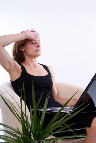junge uberarbeitete frau mit laptop