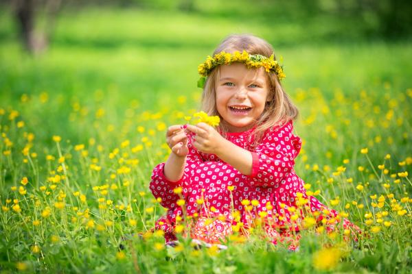 kleines maedchen im fruehlingspark