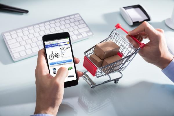 person die online auf handy kauft