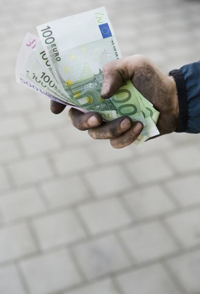 symbolbild schwarzgeld arbeiter mit schmutzigen