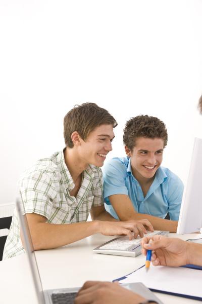 drei jungs erledigen gemeinsam hausaufgaben
