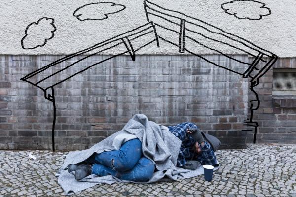 obdachloser bettler der auf strasse schlaeft