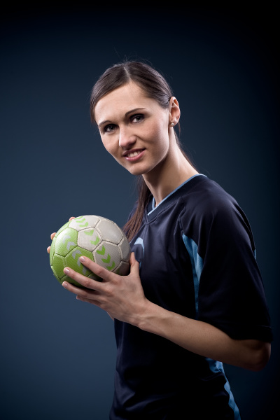 handballspielerin mit ball